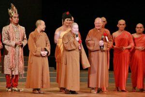 菲律賓佛光山總住持永光法師(前排中)認為透過音樂劇可以跨越時空與佛陀相會(前排右為滿潤法師)