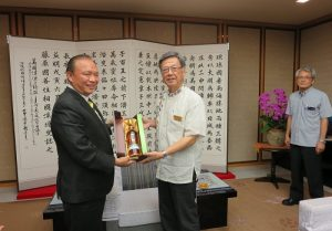 宜蘭縣長兼臺琉協會理事長林聰賢(左)拜會沖繩縣知事翁長雄志
