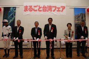 駐日代表謝長廷(左3)和杉並區區長田中良(右3)並肩為台灣市集活動剪綵