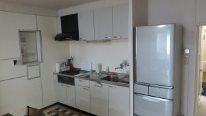 寬敞的流理台及四門冰箱