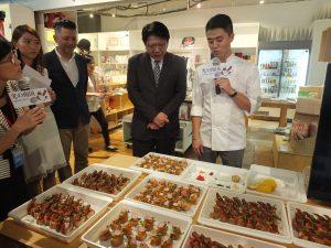 屏東県特産のカラスミなどを使用したブルスケッタを紹介するBenson Huangシェフ(右)