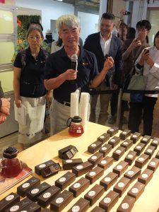 カカオ豆職人の李松源さんはカカオ豆の栽培などについて説明した