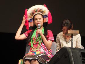 トークショーではアミ族の衣装を着て登壇