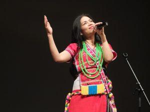 アロ・カリティン・パチラルさんは、映画の中でも使用された初めてアミ語で作詞した歌などを披露