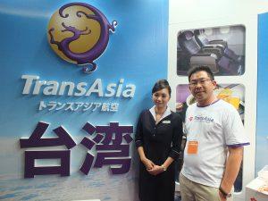 ツーリズムEXPOジャパン台湾ブースにて。トランスアジア航空北東アジア地区総支配人・日本支社長の江許賢氏(右)