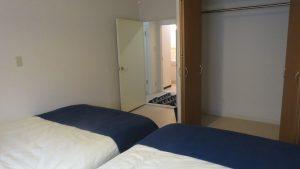 房間有兩張雙人床及整面壁櫃