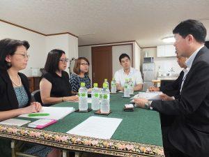 在日台灣不動產協會代表理事錢妙玲(圖左中)向RETIO提案,盼日本政府能放寬非居住者在日本當地開設銀行帳戶的相關限制