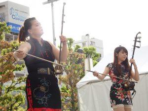 留學生李芃(左)與徐綾遙合奏二胡、贏得熱烈掌聲。