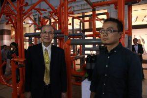 台灣文化中心主任朱文清(左)特別到場為台灣藝術家蔡昆霖應援