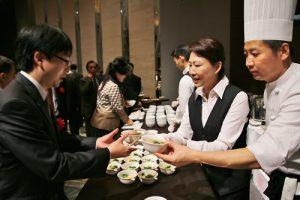 現場賓客搶著品嘗道地的台灣担仔麵