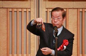 駐日代表謝長廷在會上,吹陶笛,小露身手