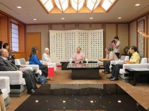 中琉文化經濟協會名譽理事長蔡雪泥(左3)率團拜會沖繩縣副知事安慶田光男(圖中央)