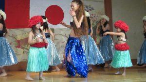 四歲小朋友表演夏威夷舞