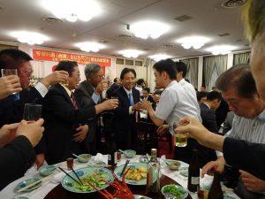 駐大阪辦事處新處長陳訓養在會長陸超陪同下 逐桌向賓客打招呼