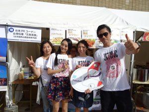關西台商會青商部會長陳相宇(右1)率會員熱賣茶葉蛋、豆花。