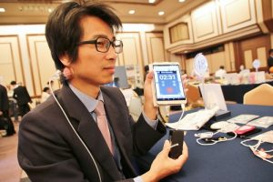 奧樂科技總經理王基旆介紹自家推出的保健相關APP,透過手機就可進行穴道按摩、針灸和拔罐