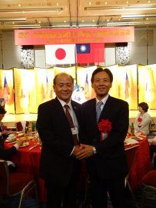 駐大阪辦事處處長陳訓養(右)與大阪中華總會會長洪勝信
