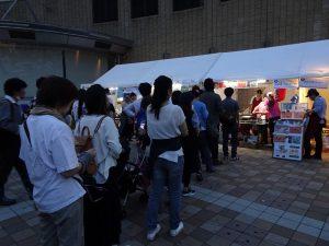 台灣兩攤位前、大排長龍。