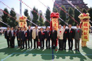 與會嘉賓與舞獅合影(圖右6為駐日代表謝長廷,右7東京華僑總會會長蘇成宗)