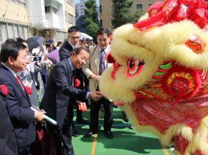 東京中華學校的舞獅隊現場表演,和來賓互動