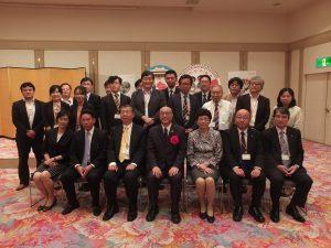 日本の報道関係者らと