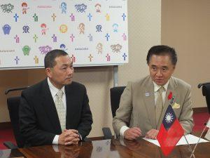 神奈川県の黒岩祐治知事(右)と新北市の候友宜副市長