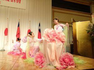 大阪中華學校舞蹈社優美的舞姿 為晚會添加光彩