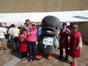 台灣小吃168老闆娘林壽美子(右1)全家出動、推廣台灣美食。