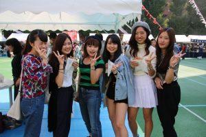 在日本留學的劉同學(右1)邀請日本同學參加國慶活動,體驗台灣美食