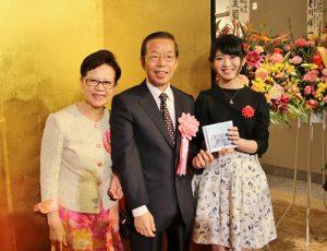 日本偶像團體AKB48台灣團員馬嘉伶(右)出席國慶酒會,和駐日代表謝長廷伉儷合影,成為晚會的亮點