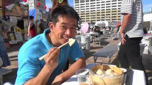 日本民眾笑容滿面說、小籠包好吃!