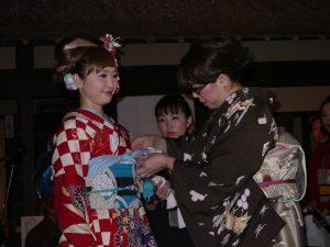 曾獲得第63屆藝術季全國大會新娘服著裝優勝的樋屋朝己(右)現場展示新娘和服的穿著方式