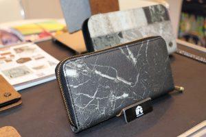 廠商發揮創意,將自然材質如鐵或大理石融入皮革中,再製成皮夾(圖中為融入大理石的皮革所製)
