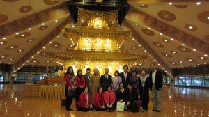 僑委會委員長吳新興(後排左5)和僑界人士訪問本栖寺