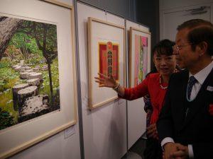 身兼歌手與版畫家的翁倩玉向駐日代表謝長廷介紹自己的作品