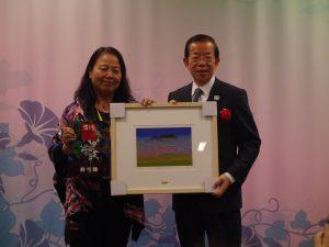 台北市立大學教授林雪卿(左)致贈作品給駐日代表謝長廷