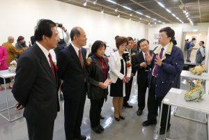 橫濱辦事處處長粘信士夫婦和京濱地區僑領聽取工作人員解說。