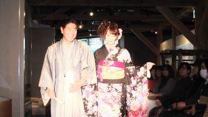 駒根市長杉本幸治(左)和當地出身的模特兒一起走秀,展示和服