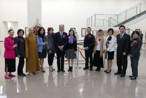 橫濱辦事處處長粘信士夫婦和出席開幕式典禮的僑領合照。