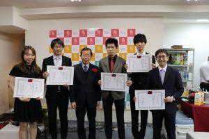 駐日代表謝長廷(左3)親自到場頒發服務證明給同學會幹部,感謝他們一年的付出