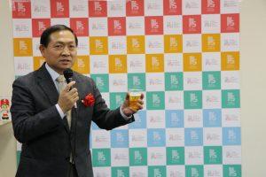忘年會中由橫濱中華學院校長馮彥國帶領乾杯
