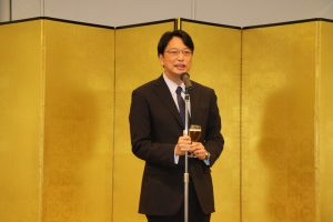 忘年會依照日本習慣,由副代表張仁久帶領乾杯.