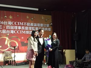 CCIM会長黃鵬䛥(中)へ花束の贈呈