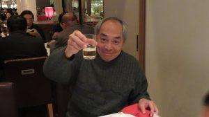 校長劉劍城舉杯感謝老師一年辛勞