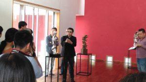 台灣雕塑家余連春(中)向在場來賓解說作品創作歷程