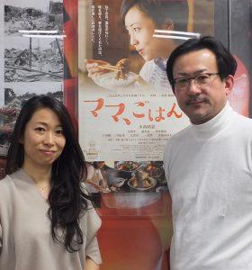 ポスターの前で記念撮影する一青妙さん(左)・白羽弥仁監督(右)