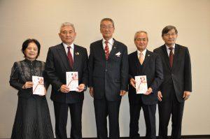 琉球華僑總會會長張本光輝會長(中)、駐那霸辦事處處長蘇啟誠(右1)與受贈捐款的公益團體合影