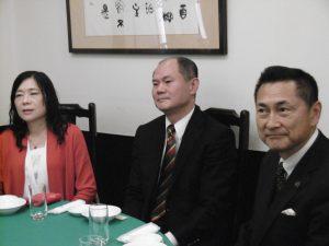 右起 橫濱企業經營財團理事長牧野孝一及代表處駐橫濱粘信士處長夫婦出席餐會