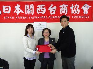 會長俞秀霞監交下,新任青商部部長林雅萍(左)由前部長陳相宇手中接下印信。