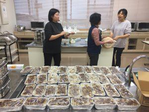 大量的菜頭粿完成、將分送四國各地僑胞、讓大家感受年節氣氛